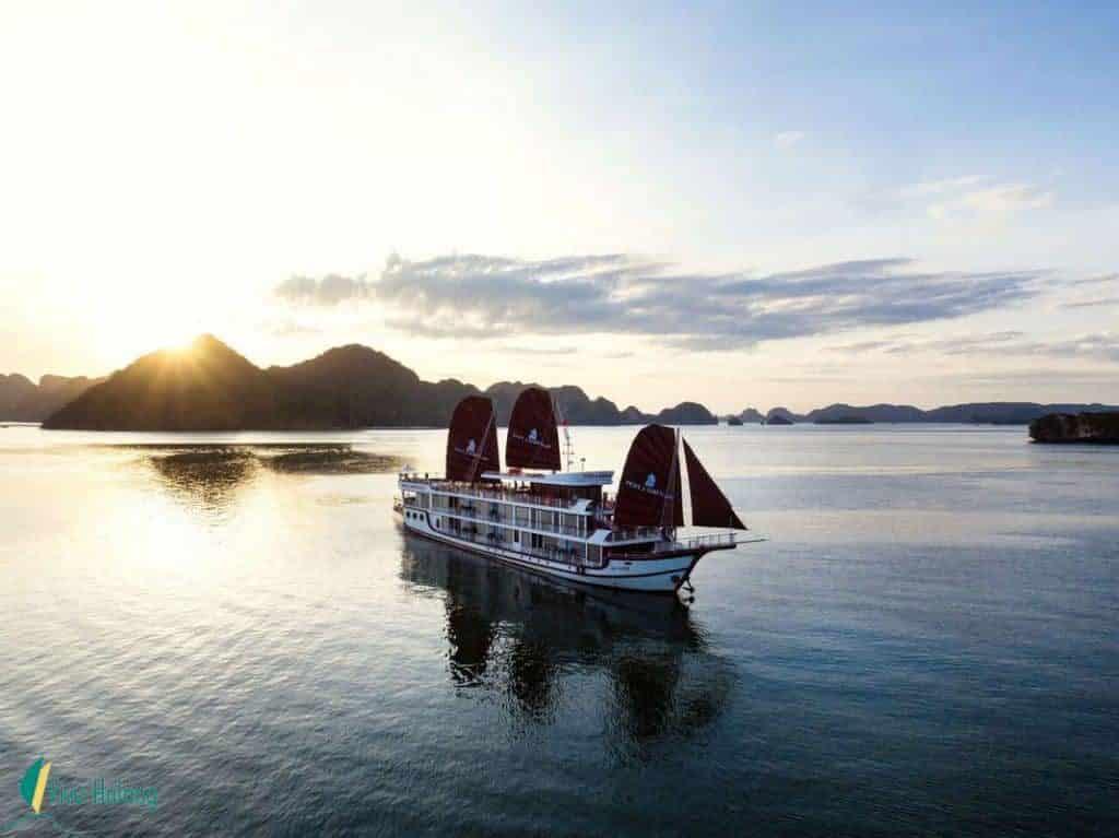 Du thuyền Perla Dawn Sails trên vịnh Lan Hạ