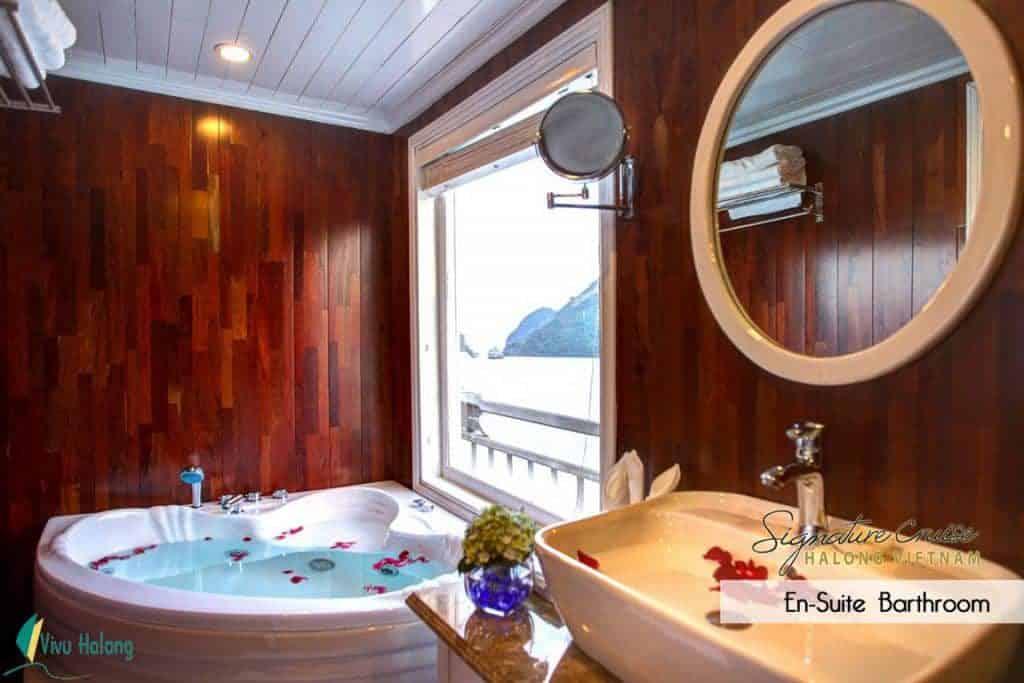 Phòng tắm trên du thuyền Signature Hạ Long