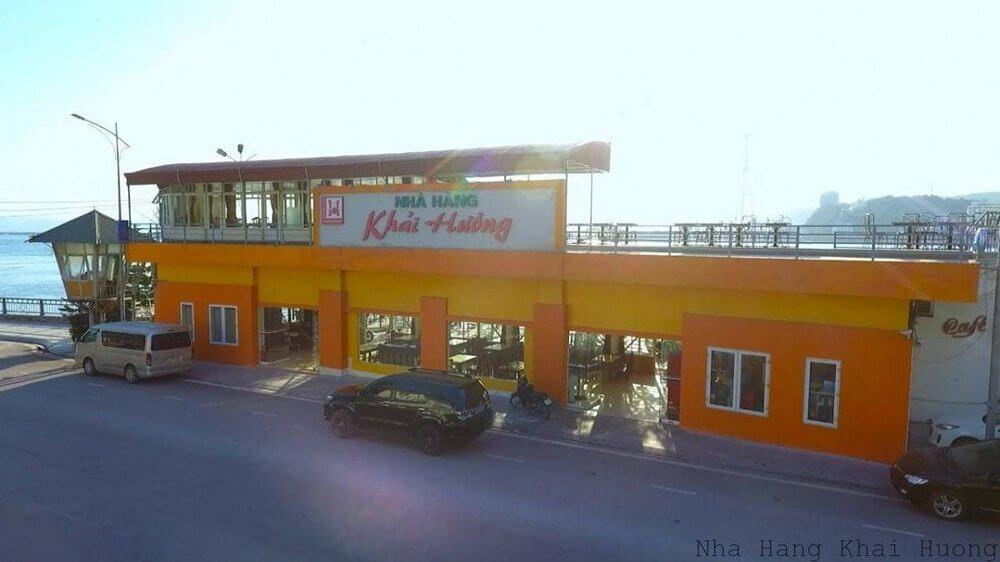 Mặt tiền nhà hàng rộng gần 50m. 2 bên đường là bãi đỗ xe đủ 100 xe ô tô