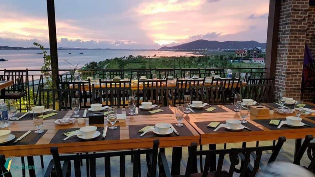 Nhà hàng Phương Nam Hạ Long có view rất đẹp