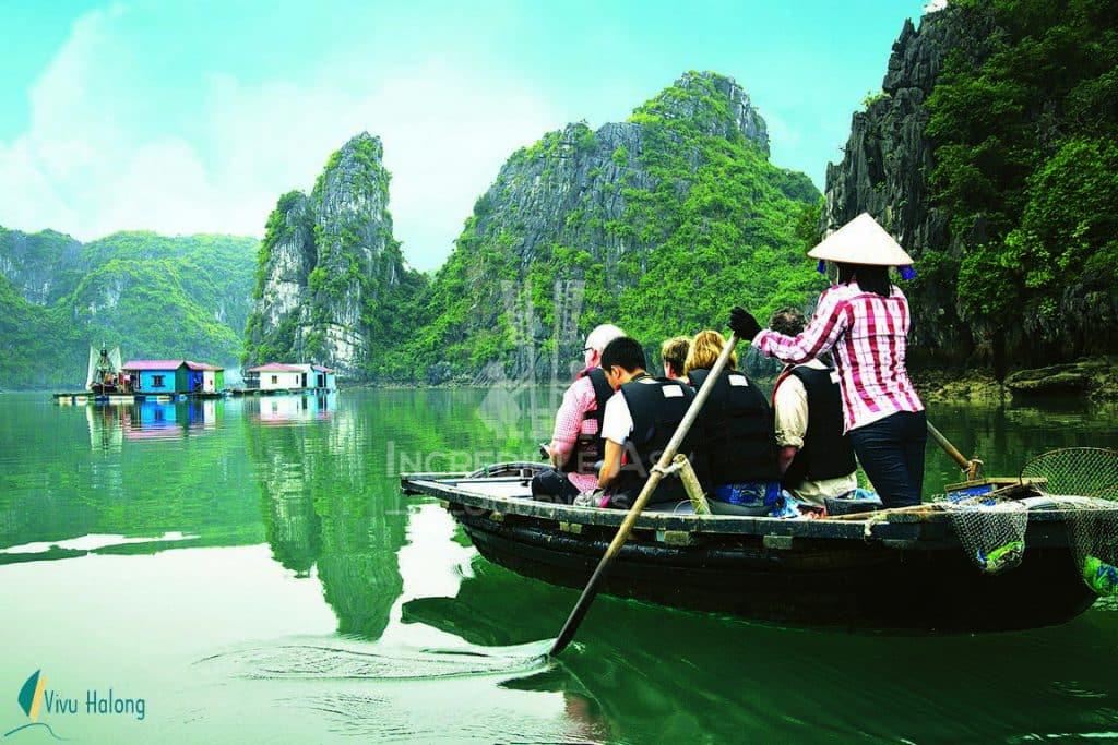 Đò năn thăm làng chài trên vịnh Hạ Long