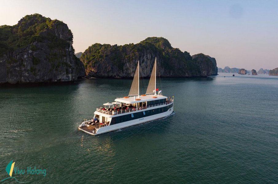 Du thuyền Jade Sails trên vịnh Lan Hạ