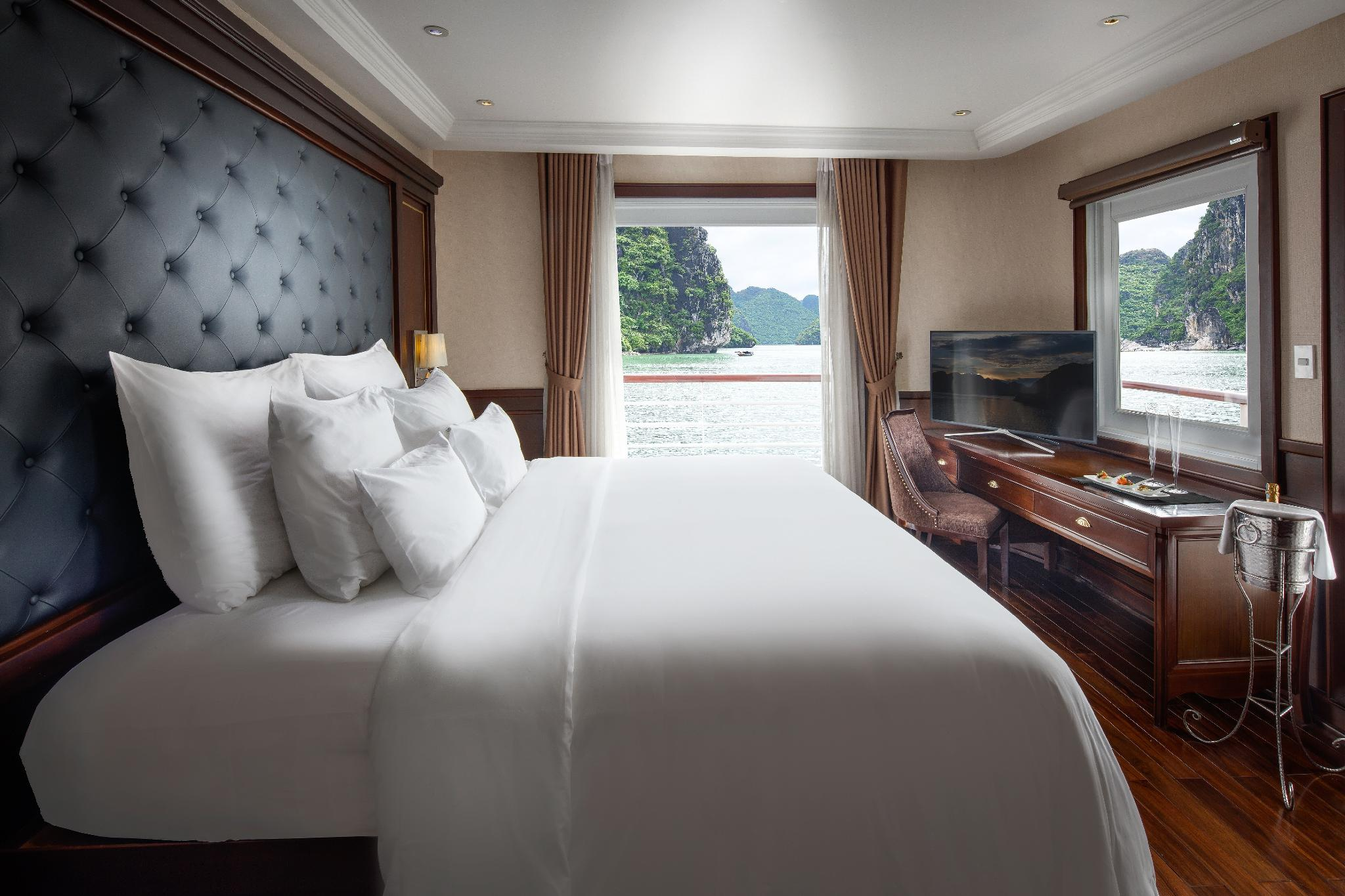 Phòng Elegance Suite trên Du thuyền Paradise Hạ Long