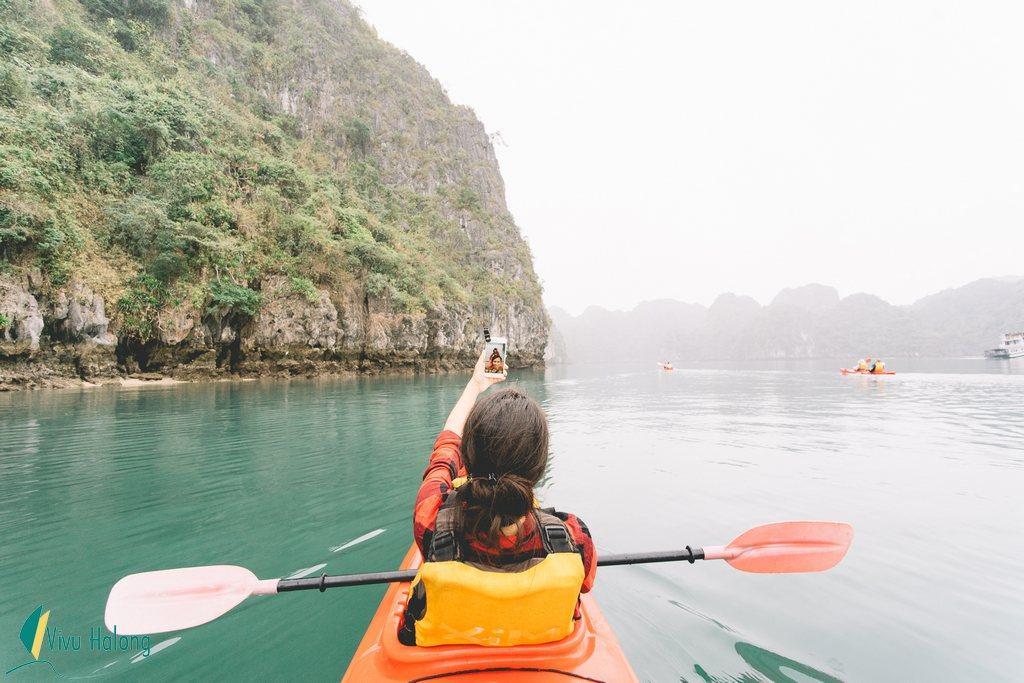 Chèo thuyền kayak, hoạt động thú vị trong tour du thuyền vịnh Hạ Long