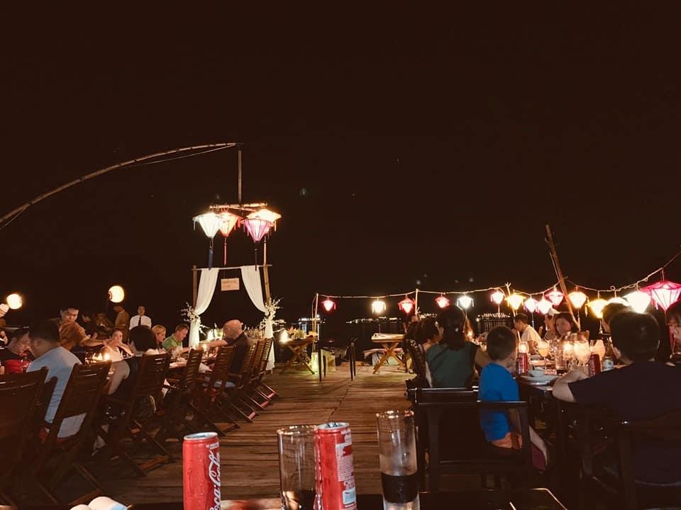 Ăn tối trên bè nổi giữa vịnh