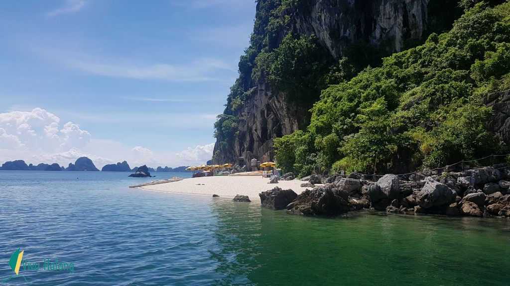 The sandy beach on the foot of Thien Canh Son cave