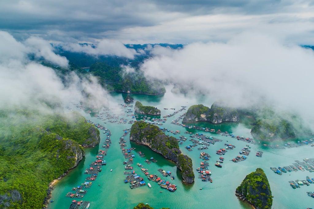 Làng chài trên vịnh Lan Hạ