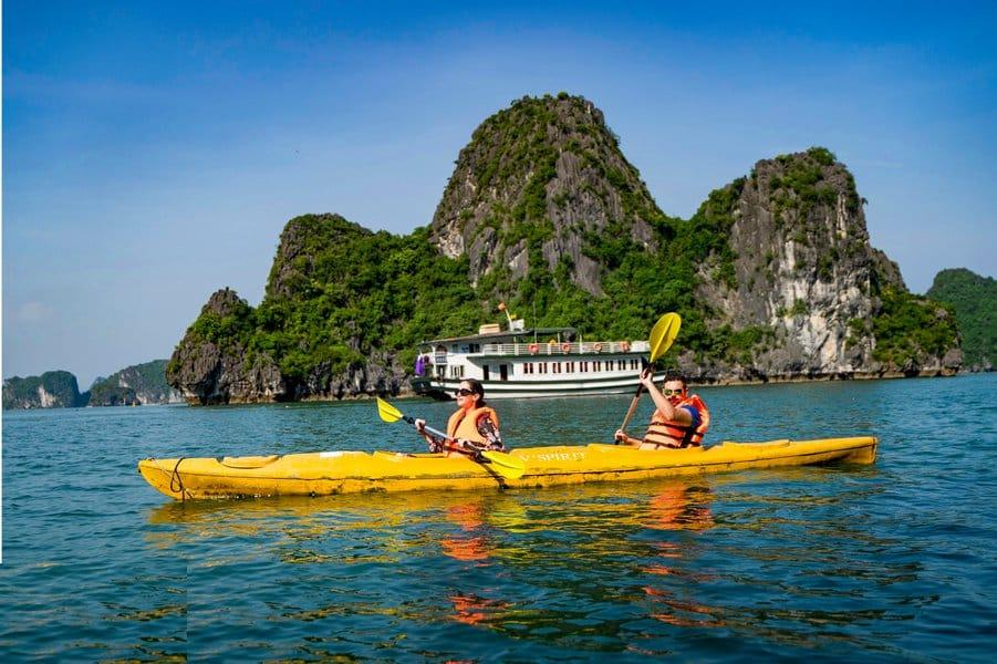 Chèo kayak trên vịnh Hạ Long