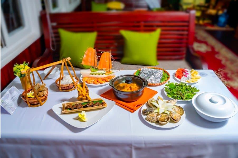 Bữa trưa trong hành trình thăm vịnh Hạ Long 1 ngày