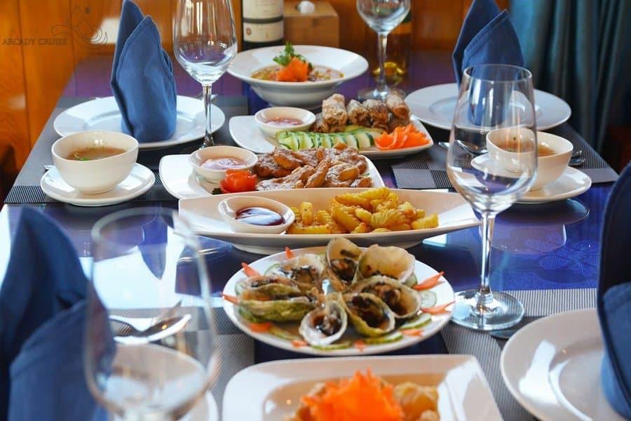 Bữa ăn trưa trong hành trình thăm vịnh Hạ Long 1 ngày
