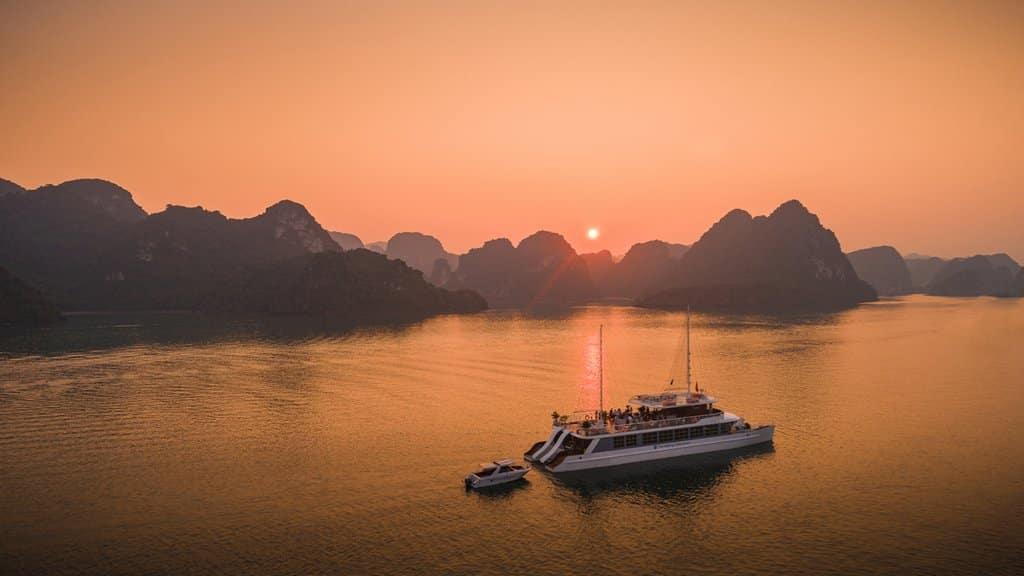 Ngắm hoàng hôn vịnh Hạ Long từ du thuyền Catamaran