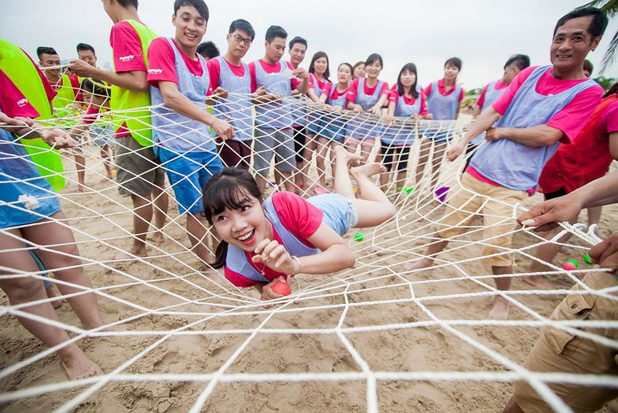 Team building trên bờ biển Hạ Long