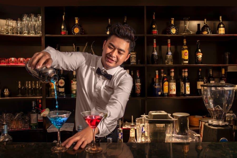 Thưởng thức cocktails tại bar BISTRO