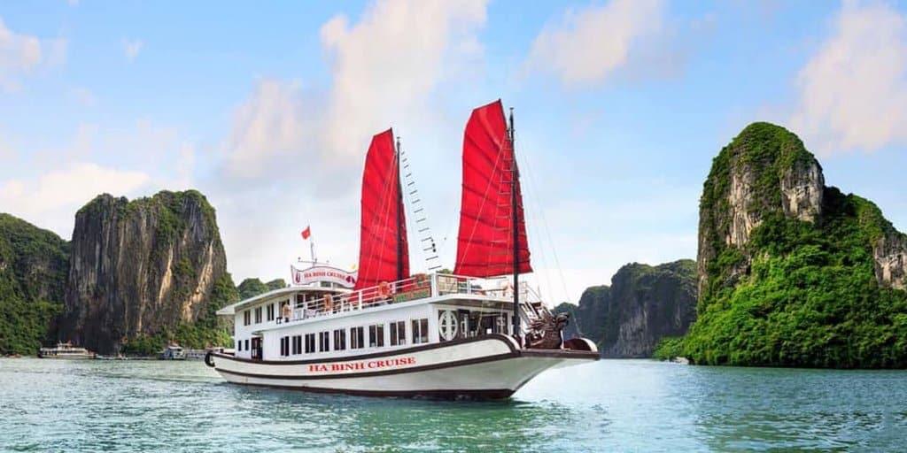 Tàu đưa du khách thăm Vịnh Hạ Long, chương trình 6 tiếng