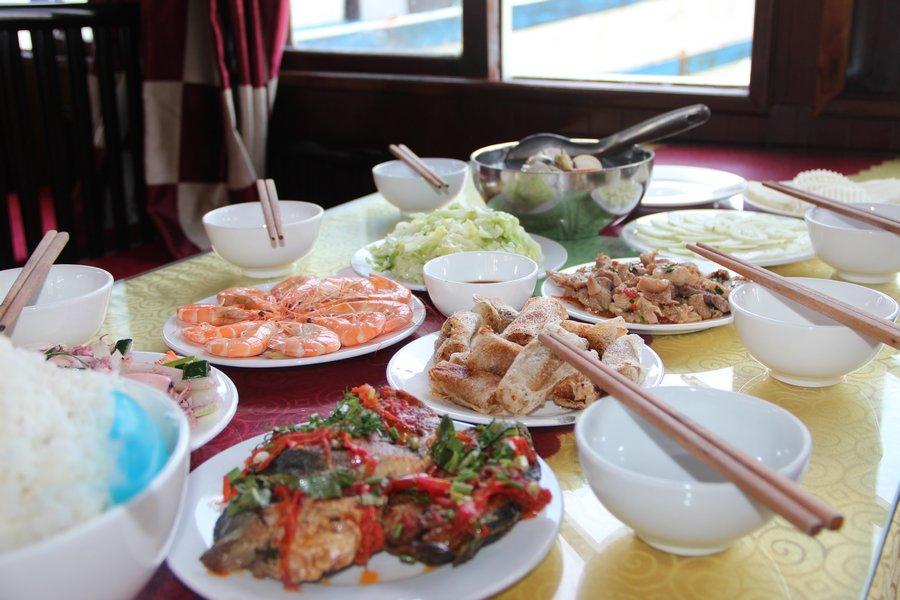 Ăn trưa trên tàu thăm Vịnh Hạ Long