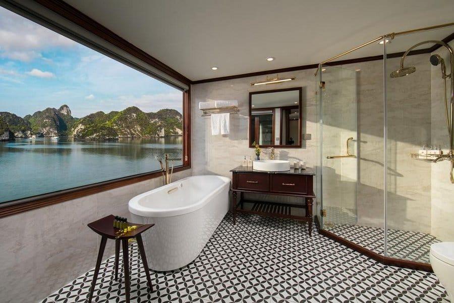 Bồn tắm nằm nhìn ra vịnh Lan Hạ