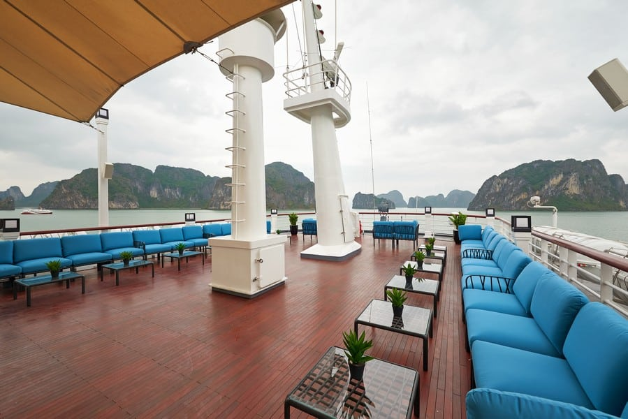 Sundeck & Lounge rộng 450m2