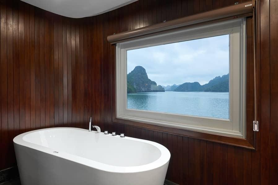 Bồn tắm với cửa sổ view ra Vịnh Lan Hạ