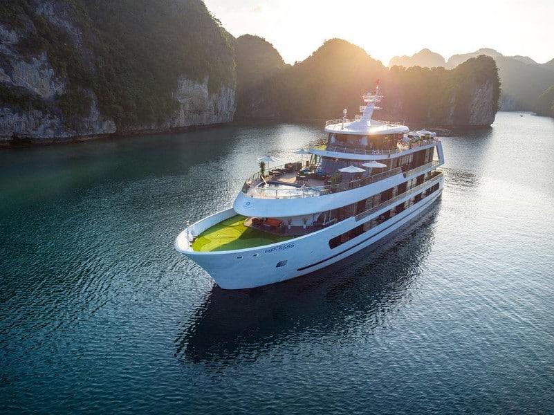 Du thuyền Stellar of the Sea với 4 tầng, tiện ích bể bơi và sân golf mini