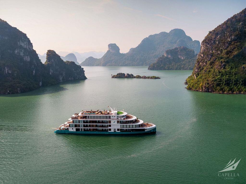 Du thuyền Capella trên Vịnh Lan Hạ