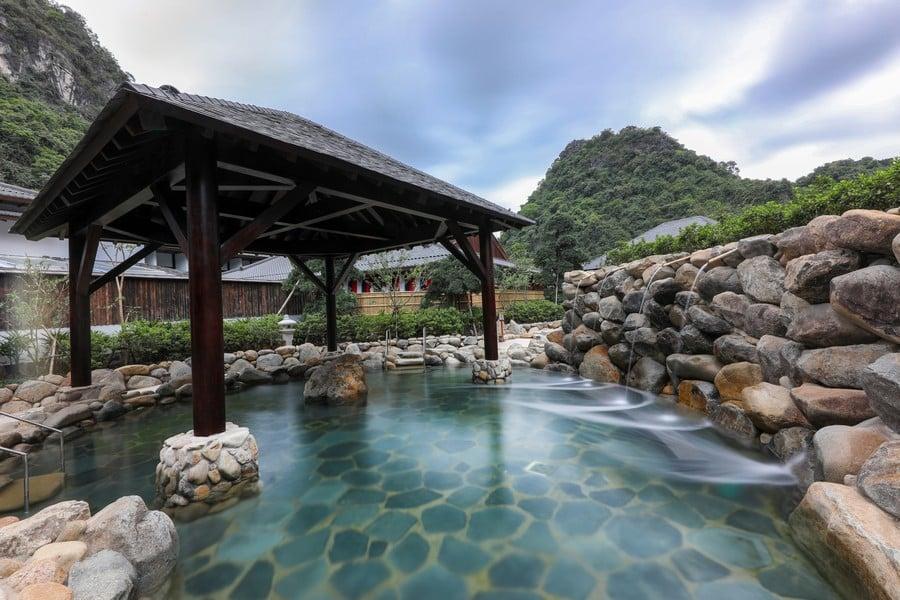 Bể tắm khoáng tại Yoko Onsen Quang Hanh