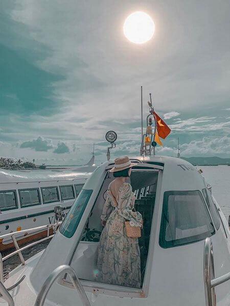 Tàu di chuyển từ bờ ra Vinpearl Hạ Long resort
